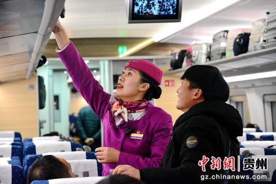 圖為17日凌晨5時,乘務員正在為南昌西站上車的旅客擺放行李。 胡威 攝