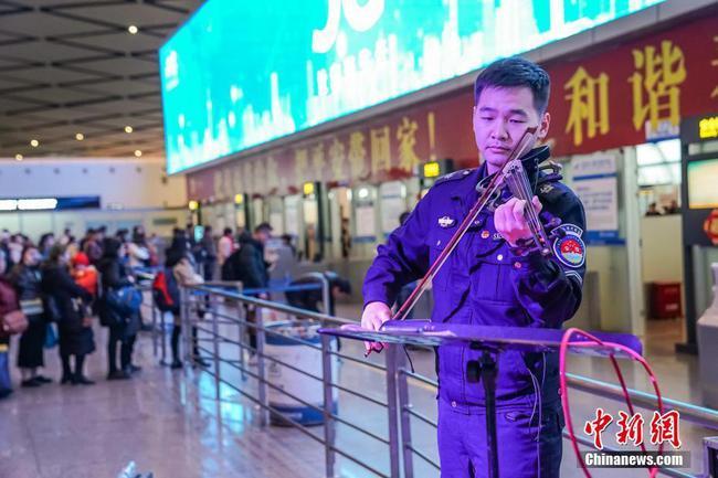 """南宁机场上演""""新春音乐会"""" 安检员现场演奏"""