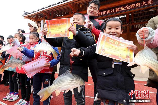 广西侗乡小学期末奖励优秀学生 人手一条大活鱼