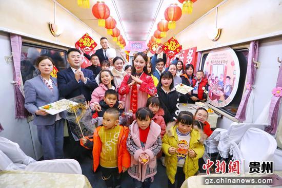 """在贵阳开往广州k842次列车上,举行了开展""""包饺子""""""""做面食""""等活动"""