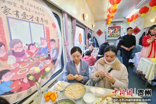 图为列车工作人员与旅客合影。 贵阳客运段供图