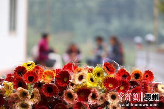 貴州省赤水市寶源鄉聯奉村村民在包裝鮮切花。 王長育 攝