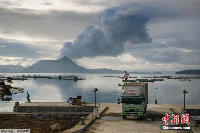 别出心裁治污染 菲律宾混合火山灰与废料制砖头