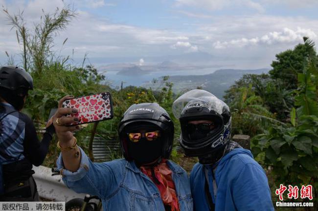"""菲律宾火山成新""""打卡地"""" 民众包裹严实自拍留念"""