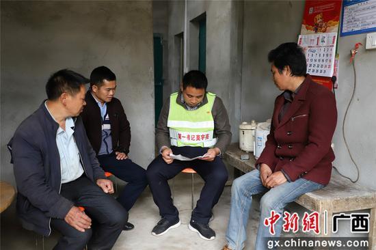 融水鎮云際村第一書記莫宇亮(右二)與村干部在莫振華(左一)、莫振初(右一)家中走訪 。