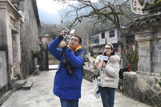 图为:中新社浙江分社记者在青田进行直播报道。  张茵 摄
