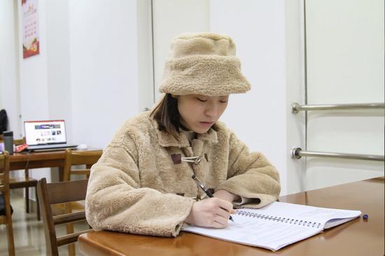 圖為浙江萬里學院國際商務171班的吳怡雯  浙江萬里學院供圖