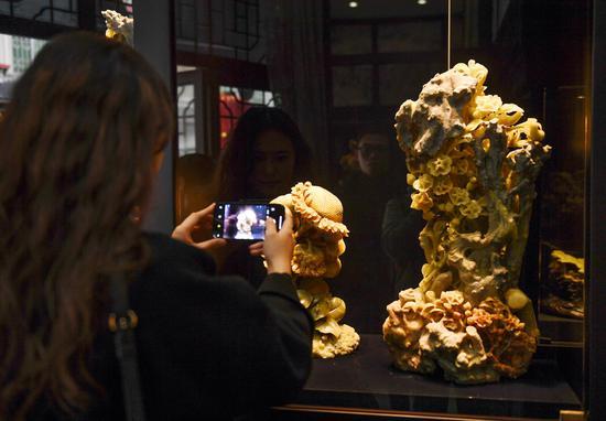 图为:中新社浙江分社记者拍摄青田石雕作品。  王刚 摄