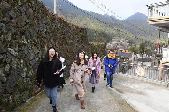 图为:中新社浙江分社记者团队在青田走访。  张茵 摄
