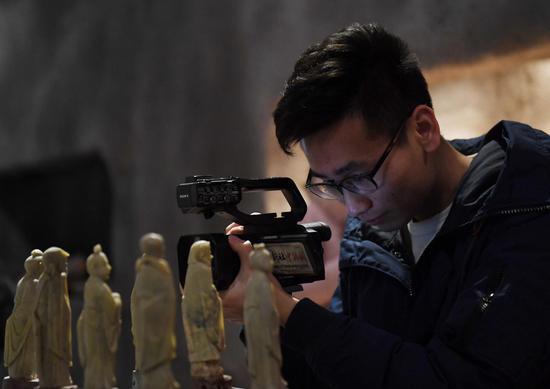 图为:中新社浙江分社视频记者在专注拍摄。  王刚 摄