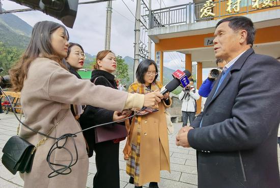 图为:中新社浙江分社记者在进行人物采访。  张茵 摄