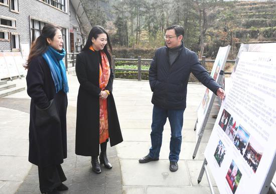 图为:中新社浙江分社常务副社长、总编辑柴燕菲(中)在方山乡走访。  张茵 摄