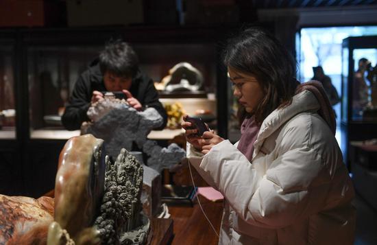 图为:中新社浙江分社记者在拍摄青田石雕。  王刚 摄