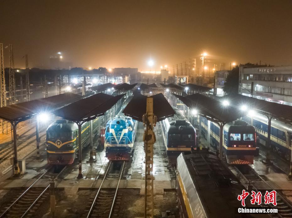 """广西""""火车头4s店""""通宵营业保障春运"""