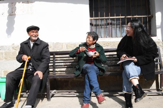 图为:中新社浙江分社记者在居民家中采访。  张茵 摄