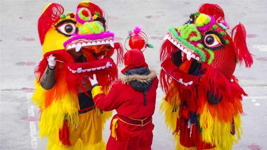 新疆巴州村民社火表演给全市各族群众拜年