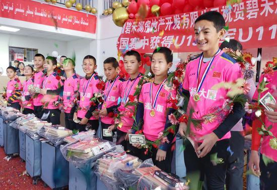 库尔勒市爱心企业捐助10万元助力青少年足球