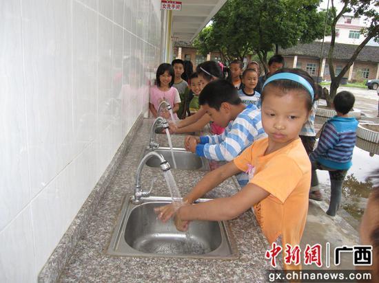 學校兒童用上自來水。
