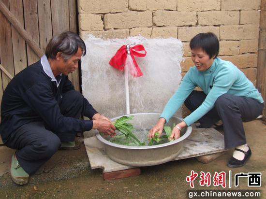 村民在洗菜。