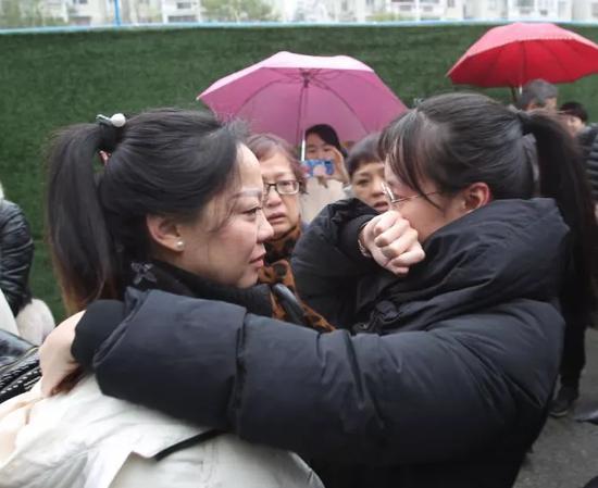 溫州市人民醫院呼吸內科主任醫師朱鶯(左)和女兒擁抱告別。 溫州市人民醫院供圖
