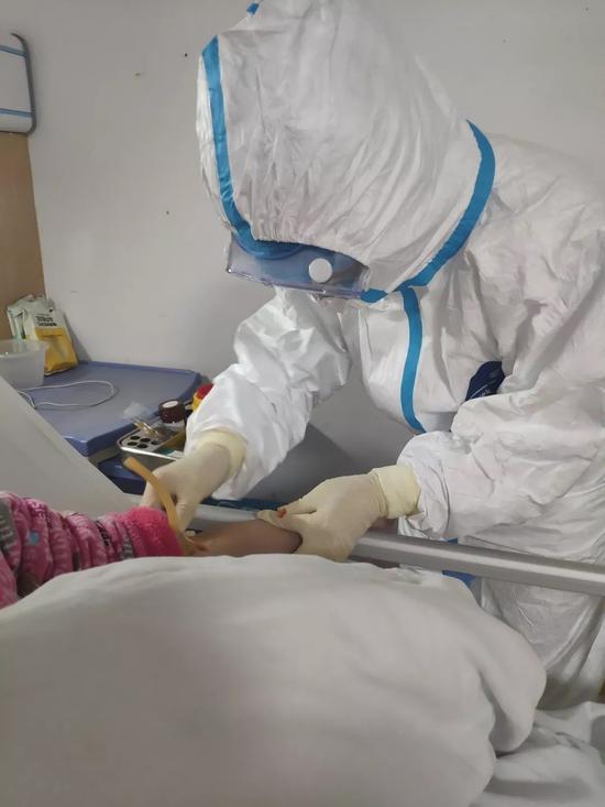 醫護人員醫治患者。  溫州市中心醫院供圖