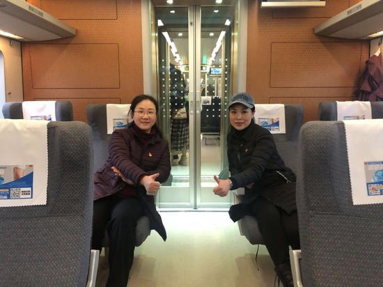 溫州市人民醫院感染管理科科長吳紅梅(右)在奔赴武漢途中。 受訪者供圖