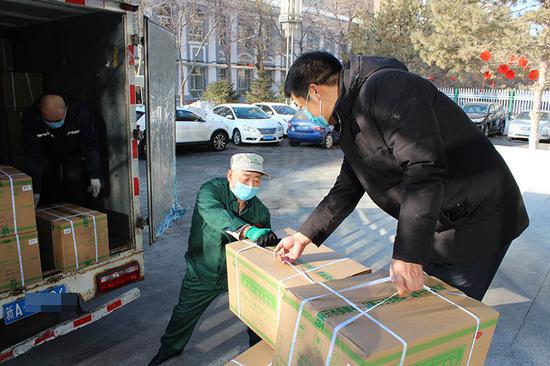 乌鲁木齐药企工人放弃春节休假:为了更美好的明天