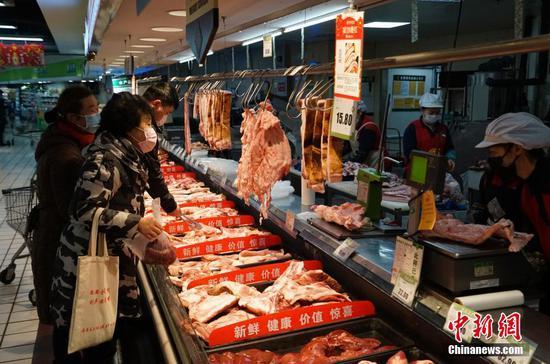 2月1日,贵州省贵阳市的市民在超市选购肉品,物资供应充足。 中新社记者 侯宇 摄
