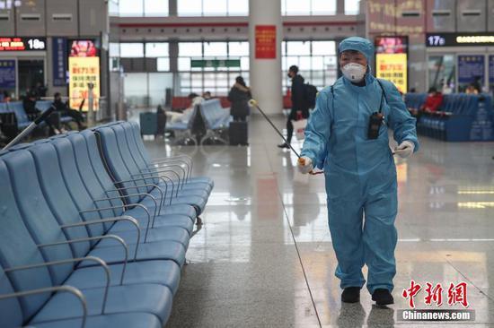 2月1日,贵阳北站的工作人员在站内进行消毒作业。受新型冠状病毒感染的肺炎疫情影响,该站工作人员每日对候车大厅、站台、售票大厅等旅客密集区域进行专项消毒,以防控疫情。 中新社记者 瞿宏伦 摄