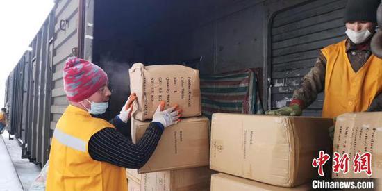 中亚紧急调运14万余件医用防护服抵达中国新疆
