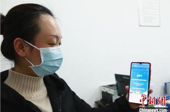 资料图。医护志愿者通过远程视频与居家隔离人员联系。