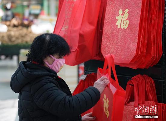 2月1日,贵州省贵阳市的市民在超市选购新年商品。中新社记者 侯宇 摄