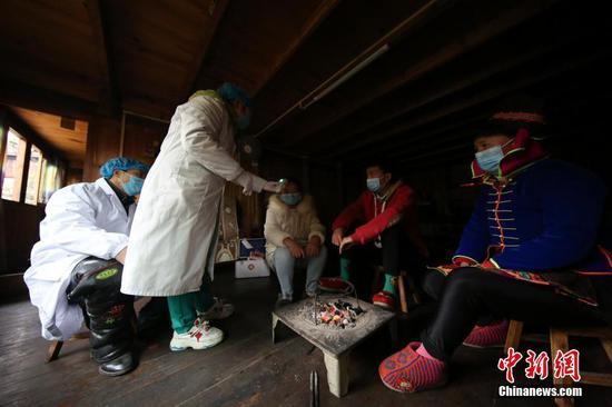 图为在大发棋牌玩法贵州 丹寨排调镇党早村宰飞自然寨,肖世军(左一)、潘启兰(左二)在村民家中进行体温监测。 黄晓海 摄