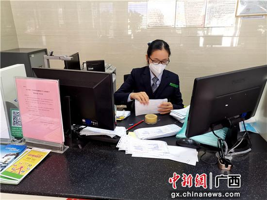 邮储银行对公柜员在办理资金划拨业务