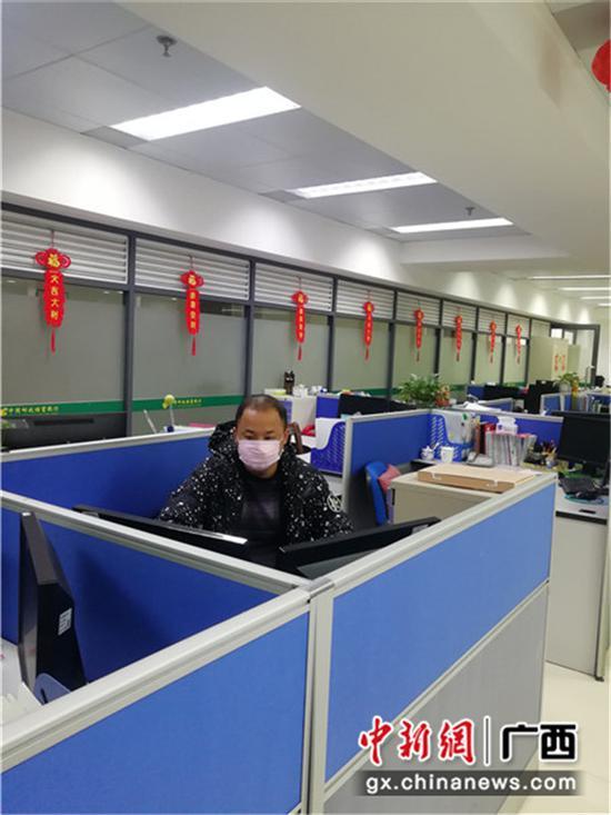 坚守岗位,为客户提供融资服务