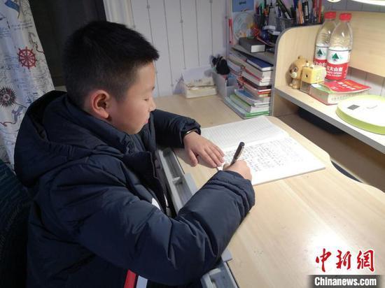 抗疫醫生的小學生兒子日記:媽媽,你想我們