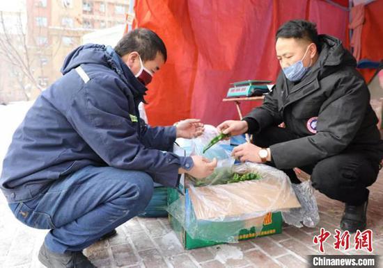 新疆一男子自费万元采购口罩免费发放,蔬菜低价销售。杨超摄