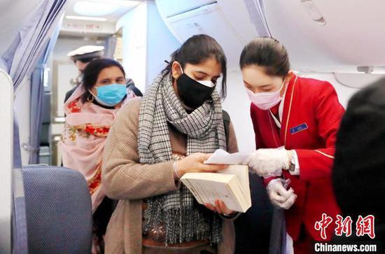 疫情阻不断归乡路 85名巴基斯坦旅客乘包机回家