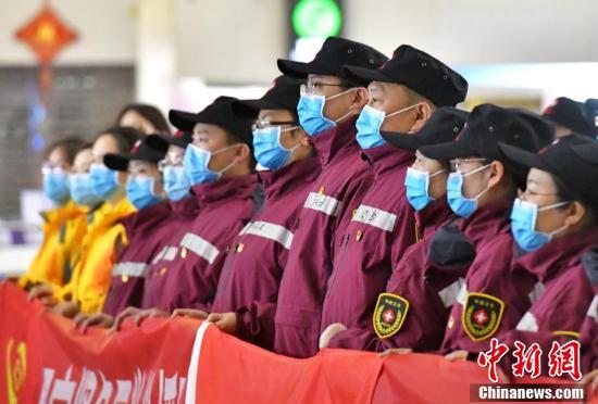 新疆兵团首支100人组成的紧急医学救援队驰援湖北