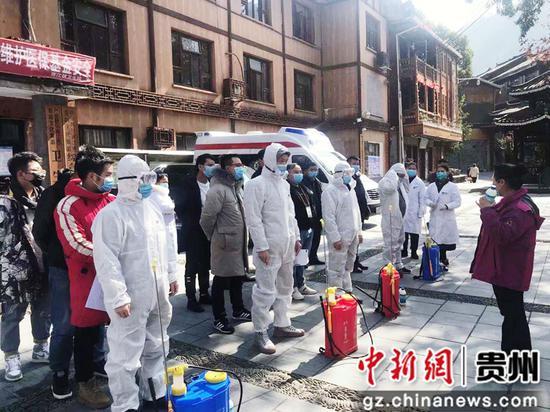 景区工作人员接受消毒培训
