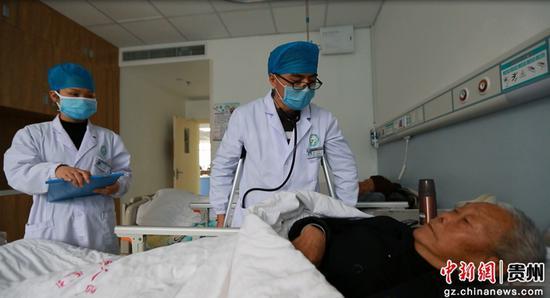 邓昊在心血管内科病房询问病人病情