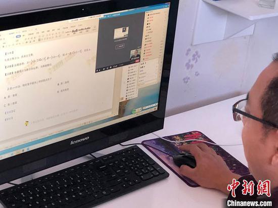 老师在电脑前授课。 魏治波 摄