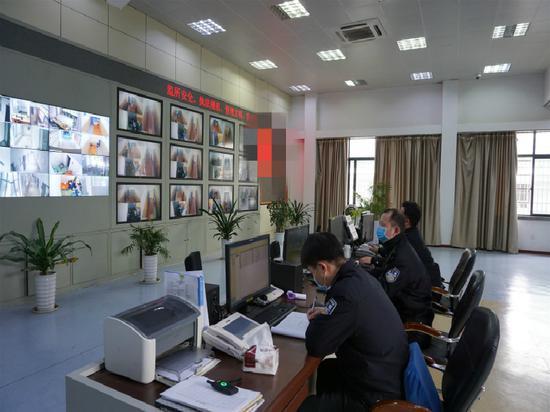 葉群濤(中)跟同事一起視頻巡控  警方提供
