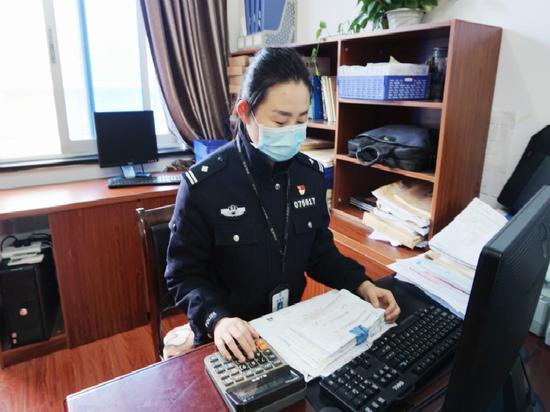 劉皓在核對賬單 警方提供