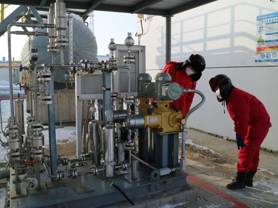 2月7日,采氣一廠盆5采氣作業區黨員舒軍帶領員工正在對甲醇撬進行巡檢。詹麗琴 攝