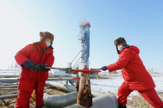 风城SAGD一号采油站员工对井组调汽量。吴小川 摄