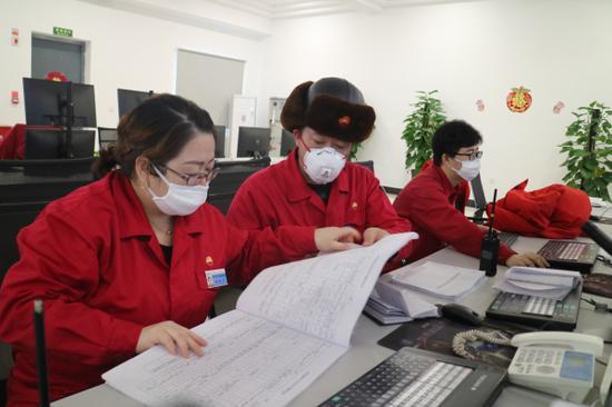 2月6日,采气一厂克拉美丽采气作业区气田控制中心,党员技师蔡兵在查看设备参数变化。张丹 摄