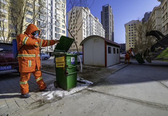 環衛工人對垃圾桶進行消毒。李飛攝
