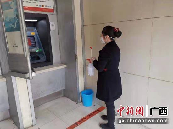 广西工行每天定时对ATM自助机具进行消毒