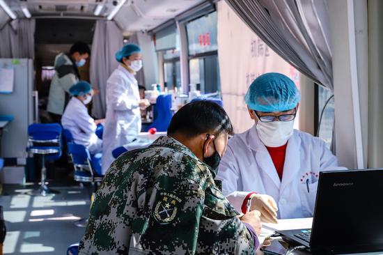 三仁畲族乡献血现场 朱敏 摄